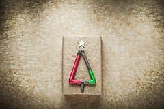 Boîte-cadeau emballé par Noël sur le papier de vintage Photographie stock