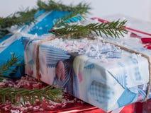 Boîte-cadeau emballés Cadeaux d'an neuf photos libres de droits