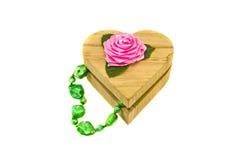 Boîte-cadeau en bois de forme de coeur avec le collier Images stock