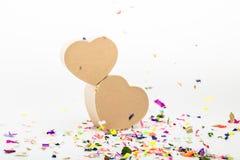 Boîte-cadeau en forme de coeur avec les confettis colorés Images libres de droits