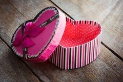 Boîte-cadeau en forme de coeur de jour de valentines de plat en bois de vieux vintage Images libres de droits