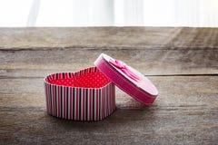 Boîte-cadeau en forme de coeur de jour de valentines de plat en bois de vieux vintage Photographie stock