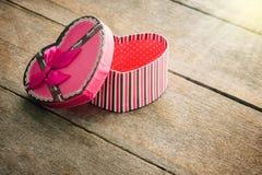 Boîte-cadeau en forme de coeur de jour de valentines de plat en bois de vieux vintage Images stock