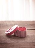 Boîte-cadeau en forme de coeur de jour de valentines de plat en bois de vieux vintage Image stock