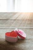 Boîte-cadeau en forme de coeur de jour de valentines de plat en bois de vieux vintage Image libre de droits