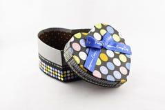 Boîte-cadeau en forme de coeur multicolore Photos stock