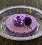 Boîte-cadeau en forme de coeur ribboned par pétale de rose Photographie stock