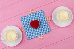 Boîte-cadeau en forme de coeur rouge de velours Photo stock