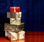 Boîte-cadeau en papier d'emballage d'or avec le ruban Image stock
