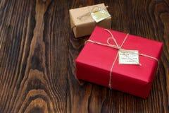 Boîte-cadeau en papier de rouge et de métier sur le vieux fond en bois Photos libres de droits
