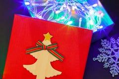 Boîte-cadeau en rouge avec une guirlande des lumières pour un cadeau pour la nouvelle année ou l'anniversaire Plan rapproché photos stock