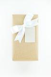 Boîte-cadeau enveloppé de vintage avec l'arc blanc de ruban sur un fond blanc Photo libre de droits