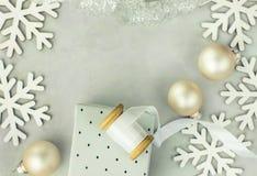 Boîte-cadeau enveloppés en papier argenté La bobine en bois avec le blanc a courbé le ruban en soie, babioles de Noël, flocons de Image stock