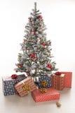 Boîte-cadeau enveloppés sous l'arbre de Noël Photographie stock libre de droits