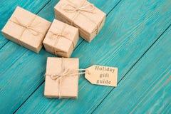 """Boîte-cadeau et étiquette avec le texte """" ; Guide de cadeau photographie stock libre de droits"""