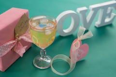 Boîte-cadeau et amour d'alphabet sur le fond vert Photographie stock