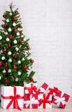 Boîte-cadeau et arbre de Noël décoré avec les boules colorées plus de Photo libre de droits
