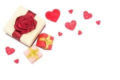 Boîte-cadeau et beaux coeurs pour le jour de valentines Photos stock