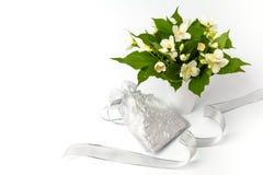 Boîte-cadeau et belles fleurs sur le fond blanc Photo libre de droits