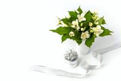 Boîte-cadeau et belles fleurs sur le fond blanc Image stock