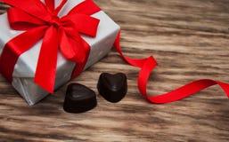 Boîte-cadeau et bonbons au chocolat Photographie stock libre de droits