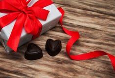 Boîte-cadeau et bonbons au chocolat Photo stock