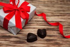 Boîte-cadeau et bonbons au chocolat Images libres de droits