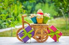 Boîte-cadeau et bonbons sur le fond vert Décorations douces Cônes et maïs éclaté de gaufre Photo stock