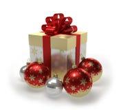 Boîte-cadeau et boules d'or de Noël avec des flocons de neige Images stock
