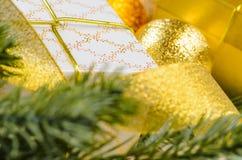 Boîte-cadeau et boules de Noël Image stock