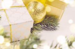 Boîte-cadeau et boules de Noël Photos libres de droits