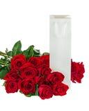 Boîte-cadeau et bouquet des fleurs de roses d'isolement sur le blanc Photo stock