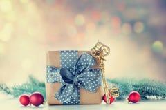Boîte-cadeau et clé de Noël Image stock