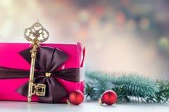 Boîte-cadeau et clé de Noël Photographie stock libre de droits