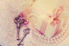 Boîte-cadeau et clés Photos stock