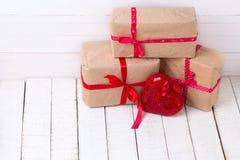 Boîte-cadeau et coeur décoratif rouge sur le fond en bois blanc Images stock