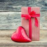 Boîte-cadeau et coeur rouge sur le fond en bois, style de vintage Copiez l'espace Fond de jour de valentines Images libres de droits