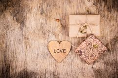 Boîte-cadeau et coeur sur le conseil en bois Emballage de papier d'emballage Eco enveloppant des cadeaux Jour du ` s de St Valent Images stock