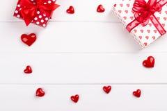 Boîte-cadeau et coeurs photos libres de droits