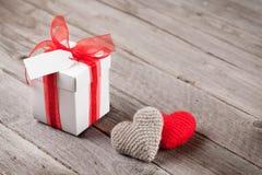 Boîte-cadeau et coeurs de jour de valentines sur le bois Photographie stock libre de droits