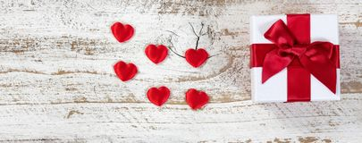 Boîte-cadeau et coeurs pour le jour de valentines Photographie stock libre de droits