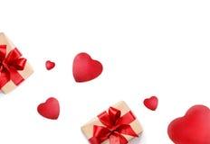 Boîte-cadeau et coeurs sur le fond blanc Photos stock