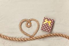 Boîte-cadeau et corde dans la forme de coeur Image libre de droits