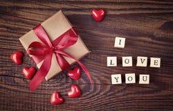 Boîte-cadeau et cubes en bois avec le texte je t'aime Image stock