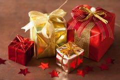 Boîte-cadeau et décoration rouges et d'or de Noël Photographie stock