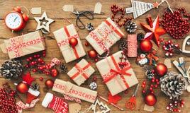 Boîte-cadeau et décorations de Noël sur le fond en bois Concept de Joyeux Noël et de bonne année Photos stock
