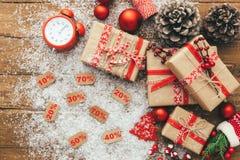 Boîte-cadeau et décorations de Noël sur le fond en bois Concept de Joyeux Noël et de bonne année Photographie stock libre de droits