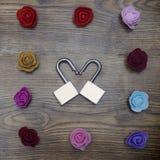 Boîte-cadeau et deux serrures dans la forme du coeur avec des roses sur la table en bois Symbole de jour du ` s de Valentine Vue  Images stock