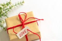 Boîte-cadeau et fleur, service de mini-messages de papier d'AMOUR d'étiquette et espace de copie Photographie stock libre de droits