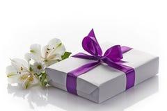 Boîte-cadeau et fleurs image stock